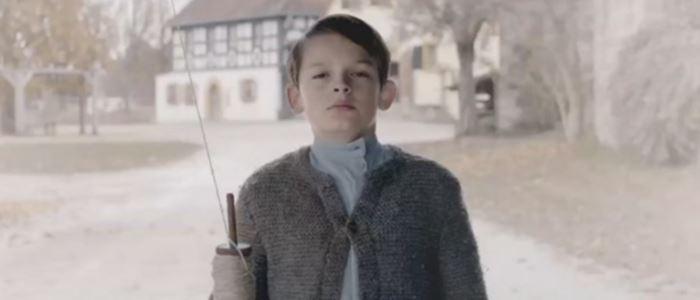 Adolf Hitler enfant dans une fausse pub Mercedes-Benz