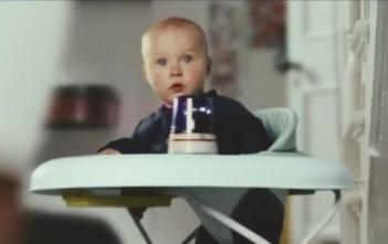 Course-poursuite entre un bébé et un aspirateur Samsung motion sync (publicité)