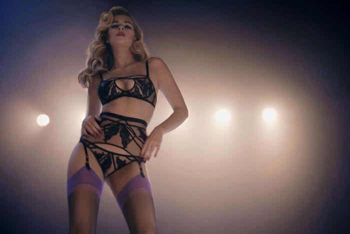La pulpeuse blonde Chloe Haywar sexy en lingerie agent provocateur. pub control yourself.