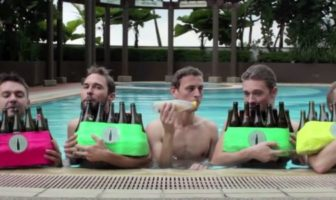 Le groupe bottle boys joue sous l'océan dans une piscine avec des bouteilles