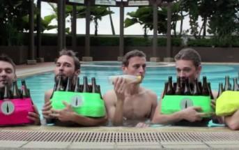 """Les Bottle Boys jouent """"sous l'océan"""" avec des bouteilles dans une piscine"""