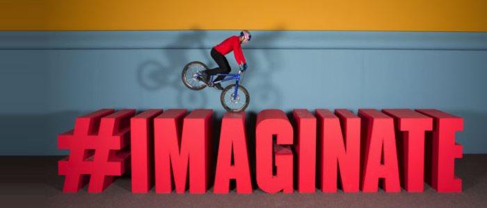 Un jouet de VTT trial prenvie dans Danny MacAskill's Imaginate, une vidéo Redbull