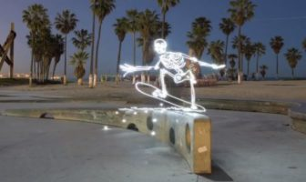 Light Goes On : un squelette fait du skateboard. light painting par Darren Pearson.