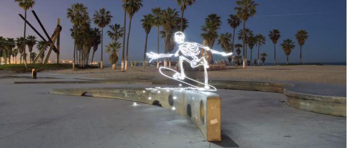 Light Goes On : un squelette fait du skateboard. light painting par Darren Pearson.