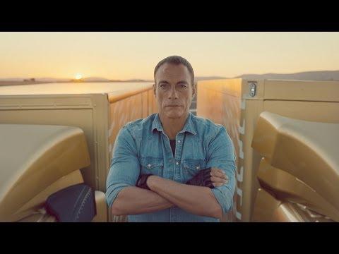 Jean-Claude Van Damme réalise un grand écart entre 2 ...