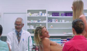 Un couple essaye des préservatifs à la pharmacie dans la pub getnaked.