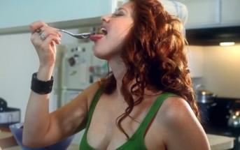 Une pornstar tourne dans une pub pour un yaourt [humour sexy]