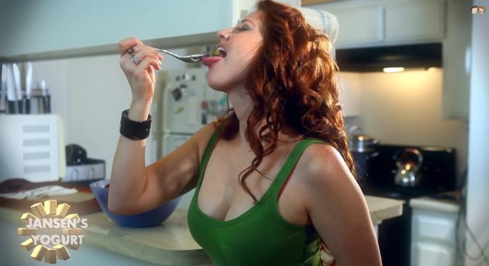 Une pornstar tourne dans une pub pour un yaourt - humour sexy