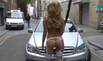 GTA en vrai : une fille en lingerie sexy flingue des mecs dans la rue