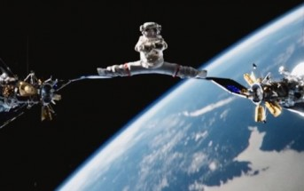 Zero Gravity Split : JCVD fait le grand écart entre 2 satellites !