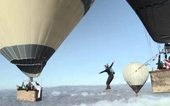 Ils font les funambules entre 2 montgolfières sans être attachés