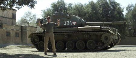Arnold Schwarzenegger écrase tout avec un tank. Will It Crush?