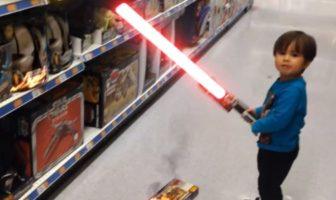 Un enfant joue avec un sabre laser
