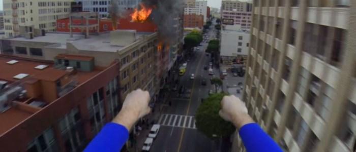 superman se filme avec une gopro devant un immeuble en feu - corridor digital