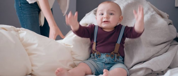 un bébé chante I feel good dans la pub guigoz 2014