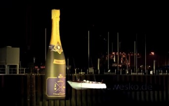 Un bateau fracassé contre une bouteille de champagne géante