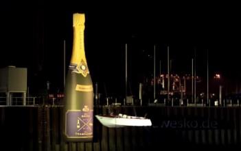 Un bateau fracassé contre une bouteille de champagne