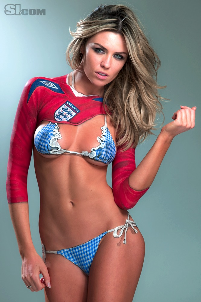 Abbey Clancy nue : body painting maillot de foot Angleterre