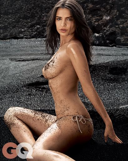 Emily Ratajkowski nue sur une place de sable noir pour GQ