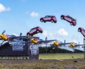Cascade extrême : une Mini saute au dessus d'un avion en vol !