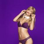 bar-refaeli-joue-lingerie-sexy-passionnata-2014-05
