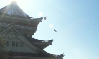 2 écolieres japonaises sautent comme des ninjas