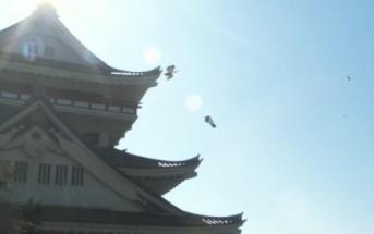 2 écolières japonaises jouent au ninja sur le toit de leur école