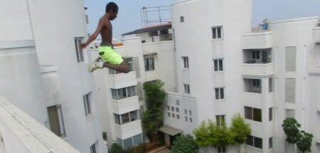 Il saute dans une piscine depuis un immeuble de 20 mètres !