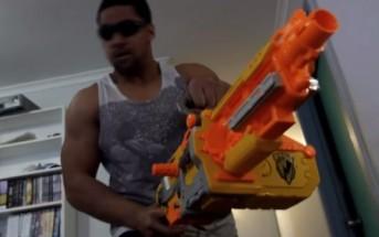 Une bataille de pistolets Nerf dégénère dans une maison