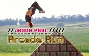 Jason Paul fait du freerun dans un jeu vidéo d'arcade 8bit