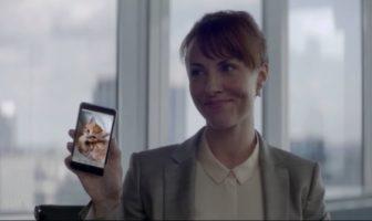 pub ouiz par buzzman : un femme montre une photo de sa chatte