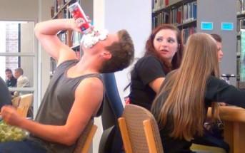 Caméra cachée : il mange bruyamment dans une bibliothèque