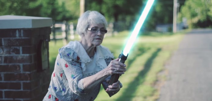 mamie jedi : grand-mère avec un sabre laser star wars
