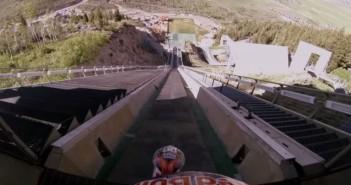 Robbie Maddison sur sa moto du haut d'une rampe de saut à ski