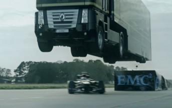 Un camion qui saute par-dessus une Formule 1