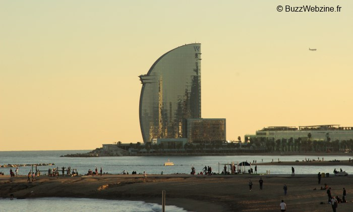 immeuble en forme de voile à barcelone sur la plage baceloneta