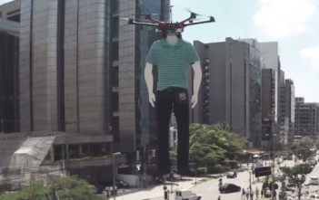 un défile de mode avec des drone pour le black friday