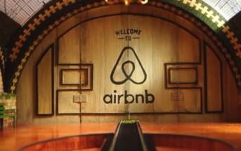 Un petit train vous fait découvrir Airbnb dans un décor fait main