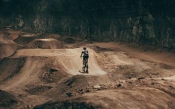 Un énorme bike park souterrain dans une mine abandonnée