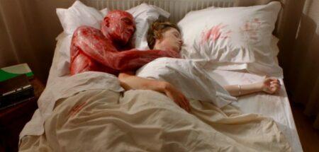 court-métrage : il enleve sa peau par amour-