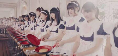 Pub WTF : 100 soubrettes japonaises préparent un pancake