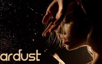Stardust : une femme nue danse dans les flammes