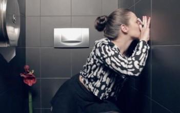 Elle suce un inconnu aux toilettes : pub pour du baume à lèvres Merci Handy
