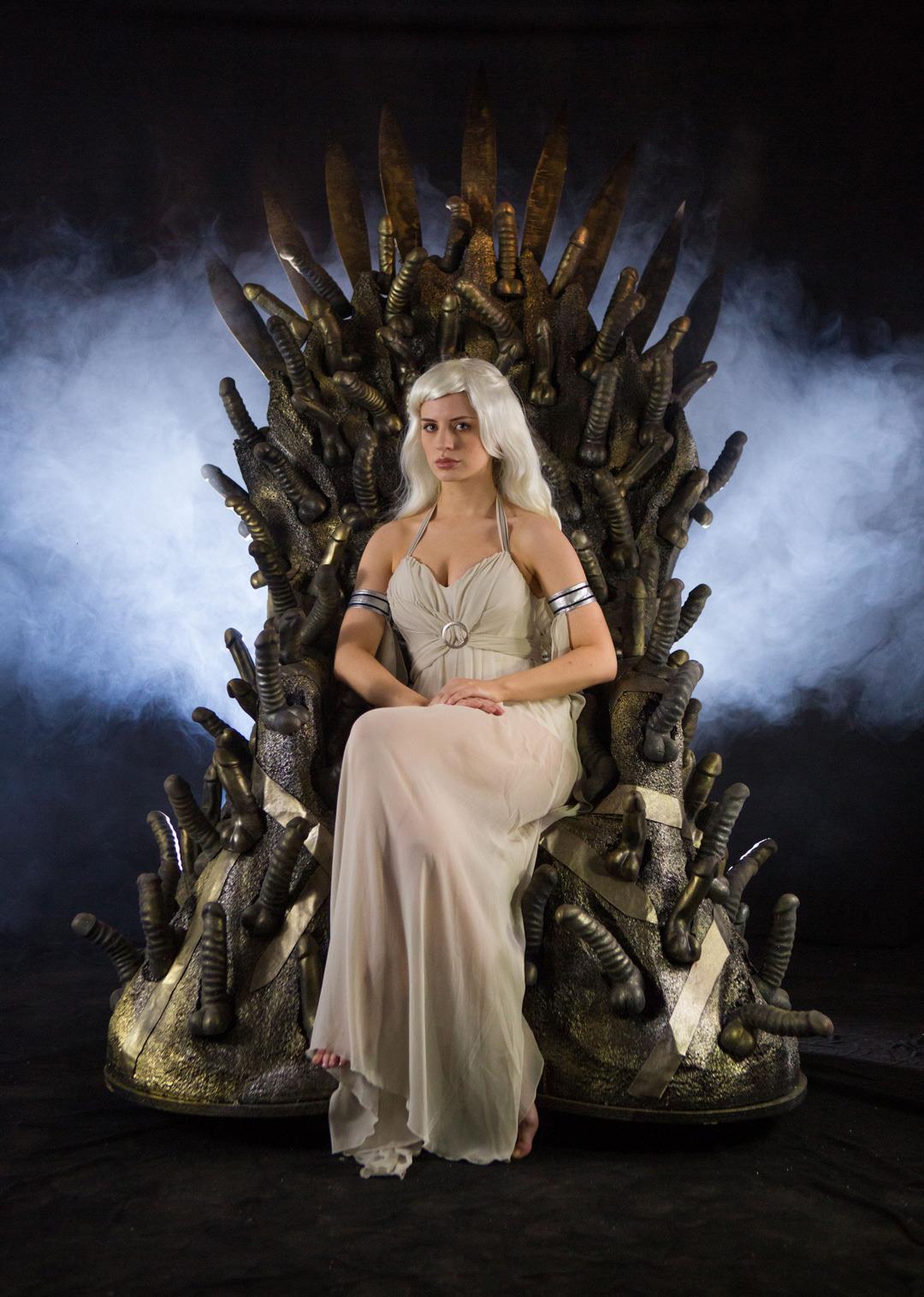 Game of bones : khaleesi sur le Bondara Rubber Throne fait avec 200 sextoys godmichets
