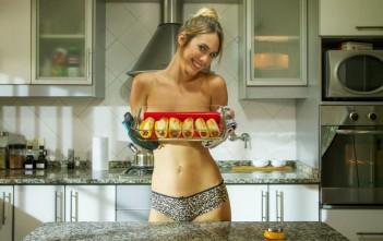 Jenn de A Fuego Máximo : la cuisine sexy topless seins nus
