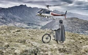 Un rider déguisé en Hobbit fait du VTT en Nouvelle-Zélande