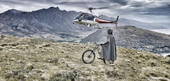 Kelly McGarry déguisé en Hobbit fait du VTT en Nouvelle-Zelande