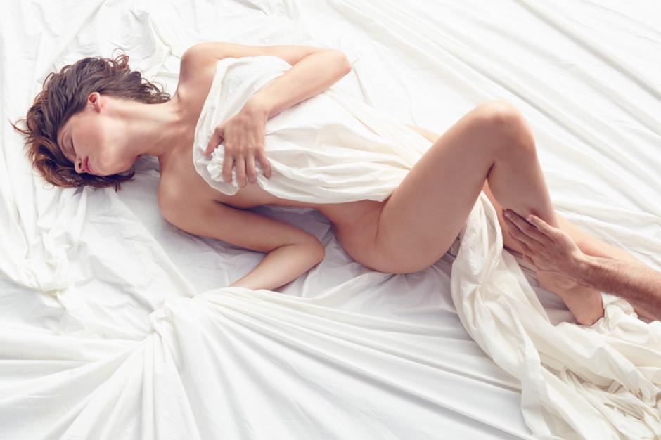 Laetitia Casta nue pour le parfum L'extase de Nina Ricci