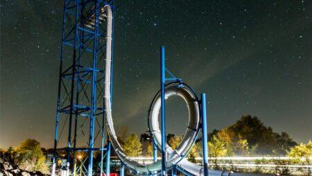 Sky Caliber : un toboggan aquatique de 30 mètres avec un looping vertical
