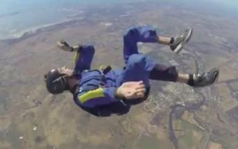 Vidéo effrayante : un parachutiste s'évanouit en plein saut !